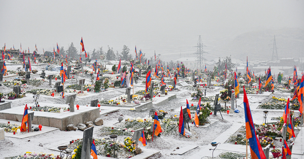 Ձյուն ա գալիս՝ մաքրելու համար ջուր դարձած արյունը, որդուն սպանողին գրկաբաց ընդունող ծնողի արարքը, մեկ օրում հազարավոր տղերքի մահը ուրացածների պղծությունը