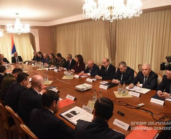 Никол Пашинян и Бако Саакян в Арцахе провели совместное заседание Советов безопасности