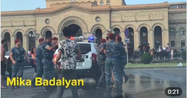 Տեսեք ինչպես վարվեցին երիտասարդի հետ, երբ նա ջրեց կարմիր բերետավորներին (Տեսանյութ)