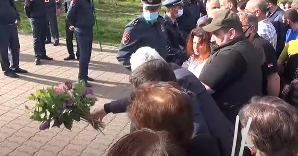 Լարված իրավիճակ համալիրի դիմաց․ քաղաքացիները նետեցին ծաղիկները և հեռացան