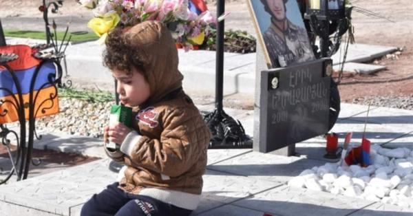 Փոքրիկ տղան Եռաբլուր, հորն այցի է գնացել․ Ովքեր պաշտպանում են Նիկոլ Փաշինյանի իշխանությունը, պետք է տանել Եռաբլուր, որ տեսնեն ջահել տղաների գերեզմանները, զգան արհավիրքի չափը