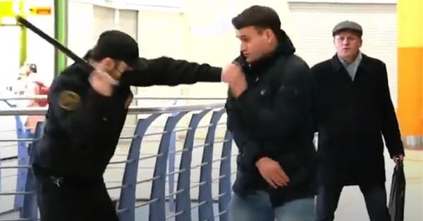 Դիմակ չկրելու համար անվտանգության աշխատակիցը ծեծում է անցորդներին (տեսանյութ)