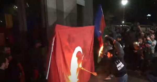 Ազատության հրապարակում այրեցին Թուրքիայի և Ադրբեդջանի դրոշները (տեսանյութ)