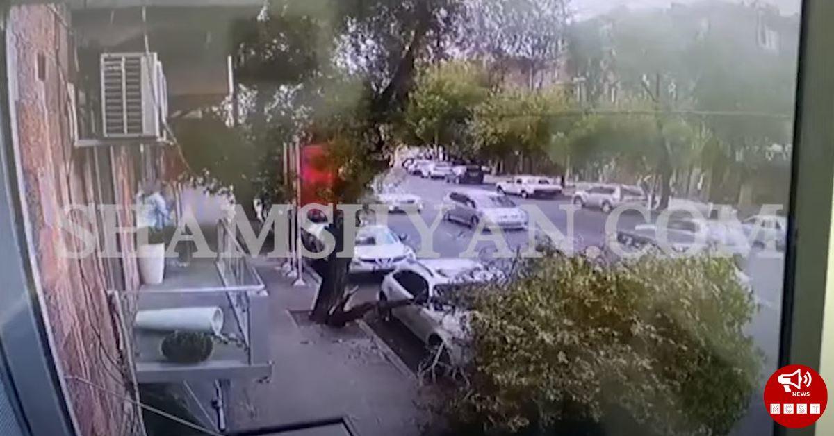Տեսանյութ, թե ինչպես է Երևանում քամու հետևանքով ծառը պոկվում և ընկնում մեքենայի վրա․ Shamshyan.com